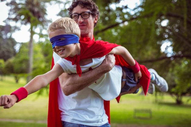 スーパーマンにdressした父と息子 Premium写真