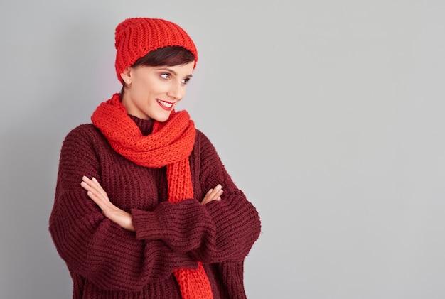 暖かい服を着て目をそらしている 無料写真