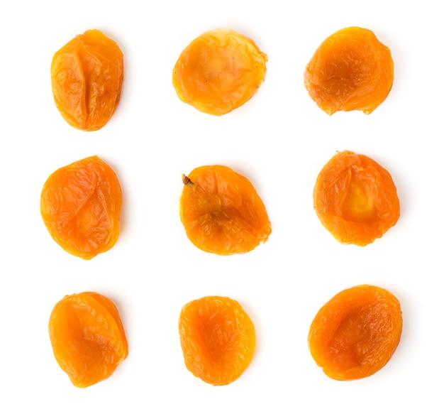 Сушеные абрикосы на белом. вид сверху. Premium Фотографии