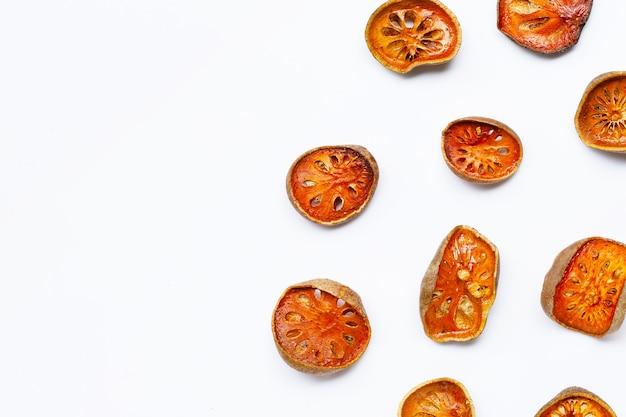 Сушеные фрукты баэль на белом фоне Premium Фотографии