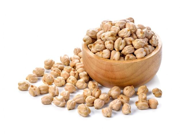 白い背景の上のひよこ豆を乾燥 Premium写真