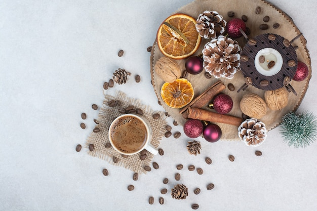 Frutta secca con noci e tazza di caffè su sfondo bianco. foto di alta qualità Foto Gratuite