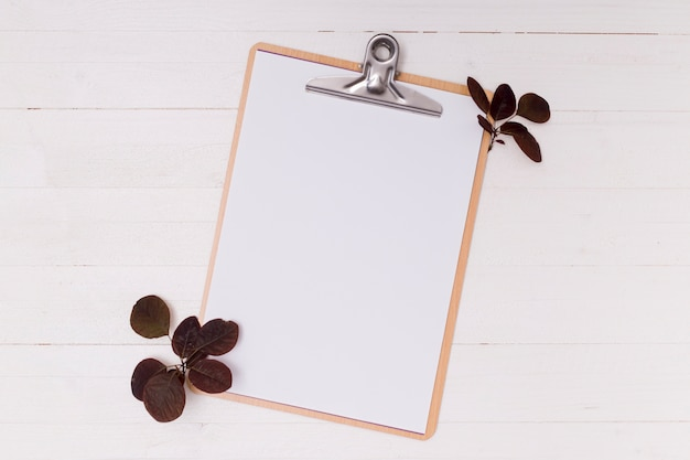 Dried leaves with white mock-up clipboard Free Photo
