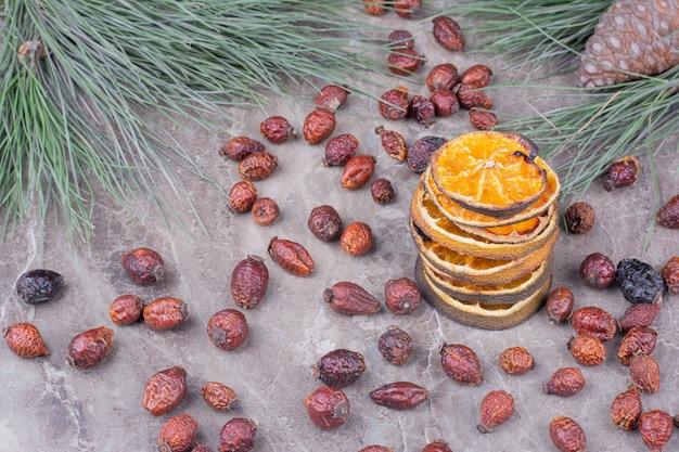 Сушеные дольки апельсина в бульоне на мраморной поверхности Бесплатные Фотографии