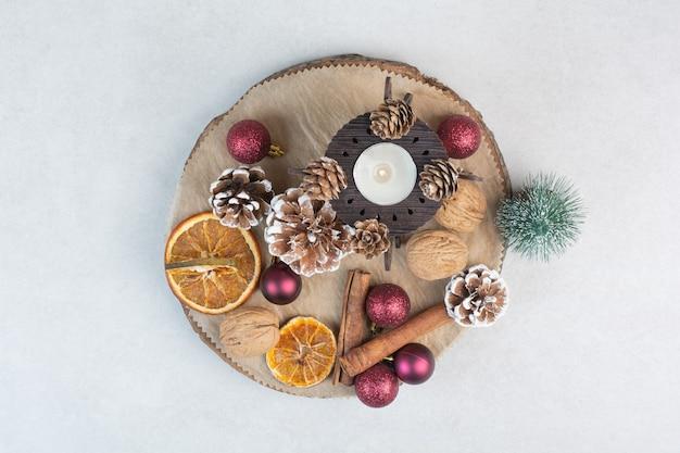 Pinecones와 나무 접시에 크리스마스 볼 말린 된 오렌지. 고품질 사진 무료 사진