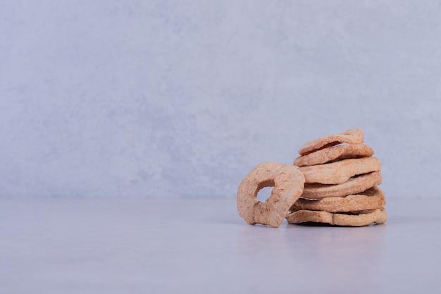 白い表面に乾燥したパイナップルリング。 無料写真
