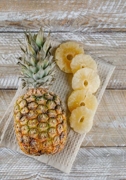 キッチンタオルの上に新鮮なパイナップルとパイナップルを乾燥 無料写真