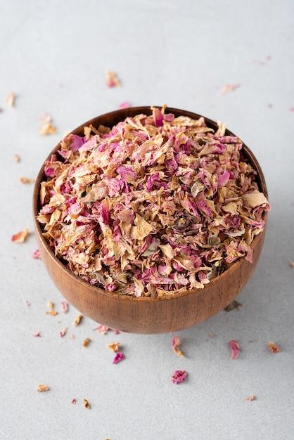 木製のボウルにお茶のバラの花びらを乾燥 Premium写真