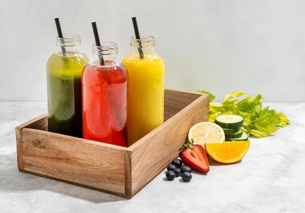 Бутылки для напитков в деревянном ящике Бесплатные Фотографии