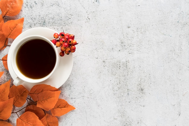 Drink with autumn leaves on light surface Premium Photo