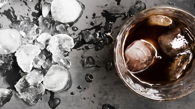 Drink with ice cubes and chipped ice Free Photo
