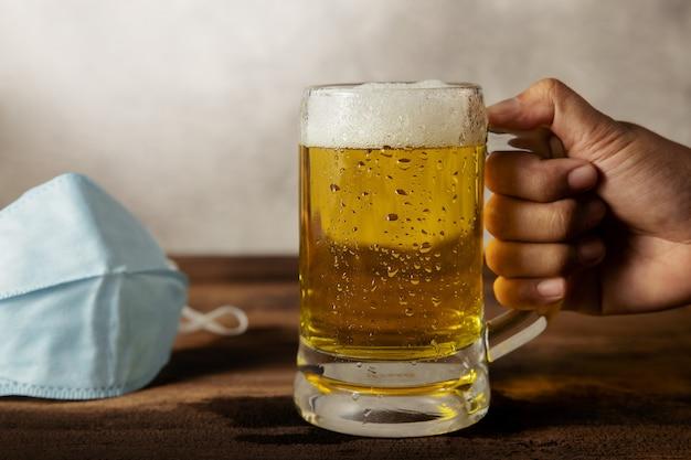 Питье пива в концепции ситуации с covid-19 Premium Фотографии