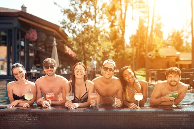 Drinks at poolside. friends enoying pool party. Premium Photo