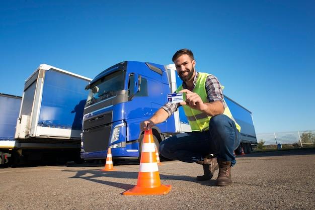 運転手候補は、トラック運転訓練を無事に終了し、商用運転免許を取得しました 無料写真