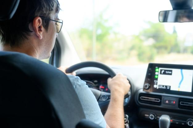 ナビゲーターで車で旅行するドライバー Premium写真