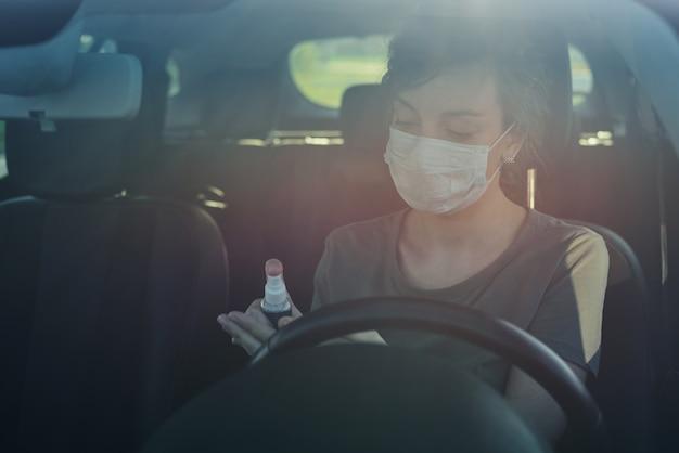 車の手消毒剤を使用してドライバー Premium写真