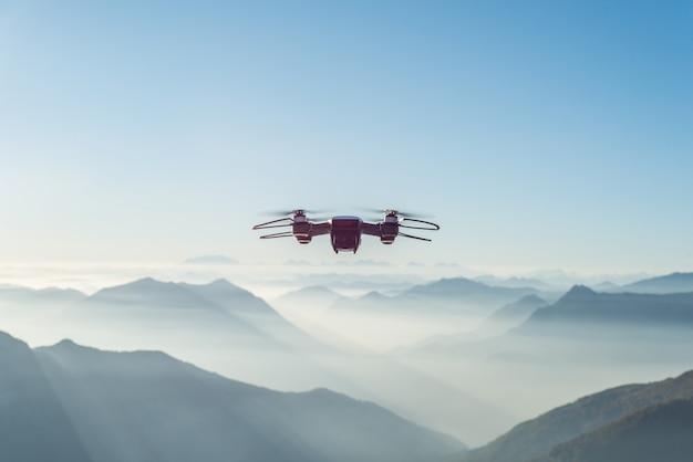 霧と雪に覆われた高い丘と山の上を飛ぶドローン 無料写真