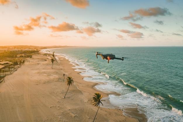 Drone in volo sul mare e sulla spiaggia Foto Gratuite