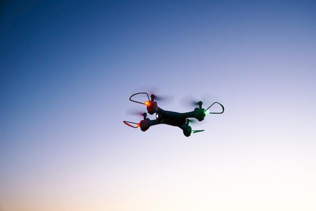 夕焼け空を背景にドローンクワッドコプターのおもちゃ Premium写真