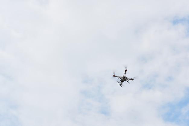 Drone quad elicottero con fotocamera digitale ad alta risoluzione sul cielo. Foto Gratuite