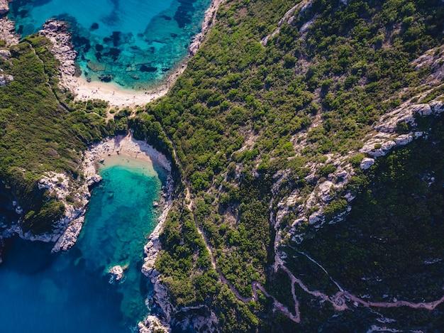Ripresa con drone della costa mozzafiato di porto timoni con un profondo blu tropicale e un mare cristallino Foto Gratuite