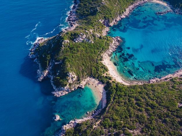 Colpo di drone della costa mozzafiato di porto timoni con un profondo blu tropicale e un mare turchese chiaro Foto Gratuite