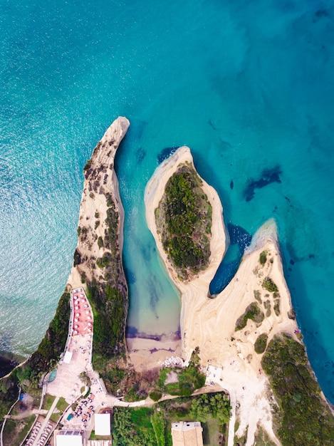 澄んだ美しい海と砂浜の海岸のドローンショット 無料写真