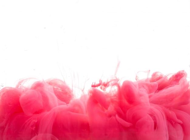 물에 떨어지는 빨간 페인트 방울 무료 사진