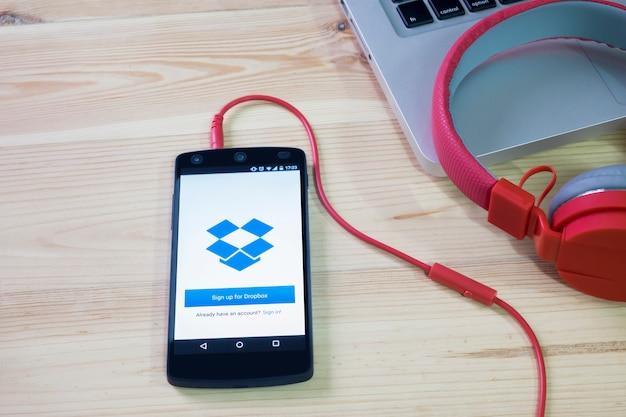 Мобильный телефон открыл приложение dropbox. Premium Фотографии