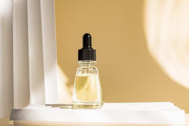 Капельница стеклянная бутылка с пипеткой. макет эфирная жидкость. Premium Фотографии