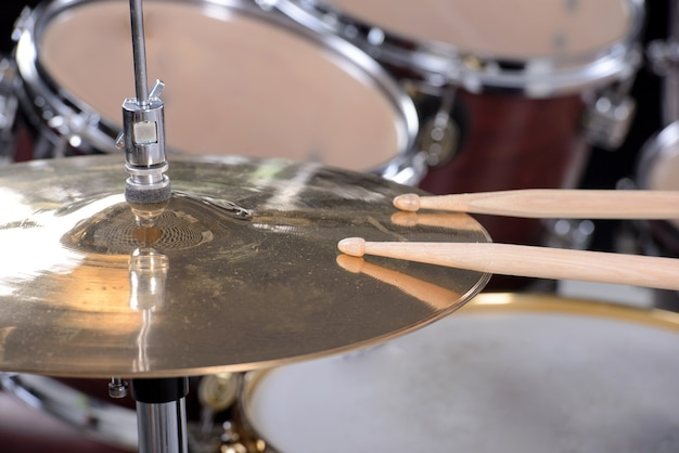Drum set and sticks are on the disc. Premium Photo