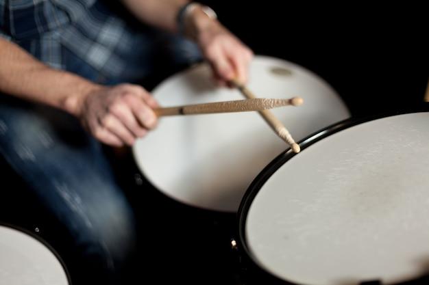 Drummer with drumsticks vista de cerca Free Photo