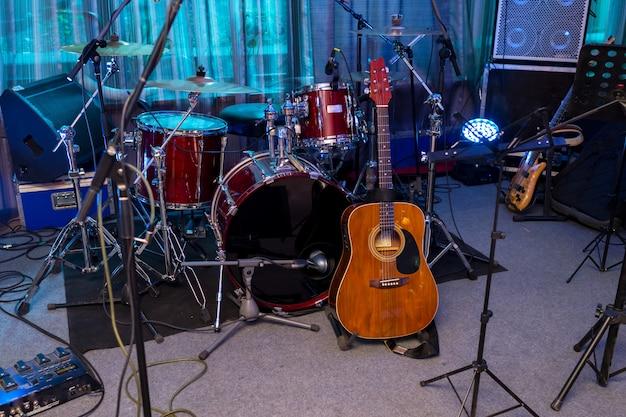 무대에서 드럼과 기타 프리미엄 사진