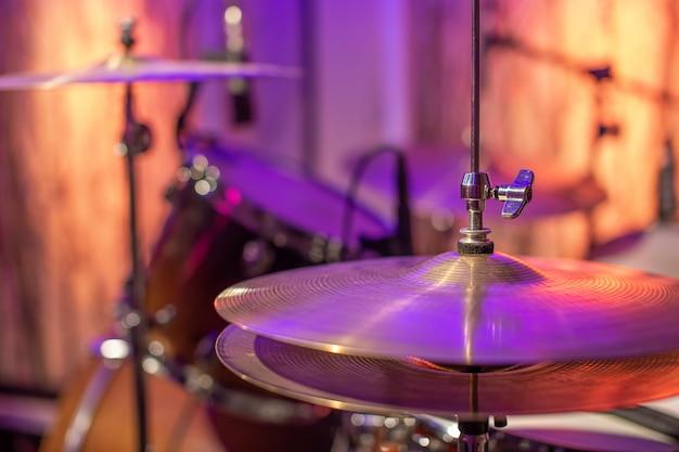 Барабаны, тарелки, привет, шляпа на прекрасном в студии звукозаписи. Бесплатные Фотографии
