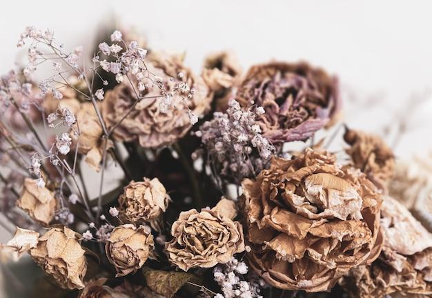 ドライブーケ。花束のドライフラワーのクローズアップ画像。生と死の概念。枯れた花 Premium写真