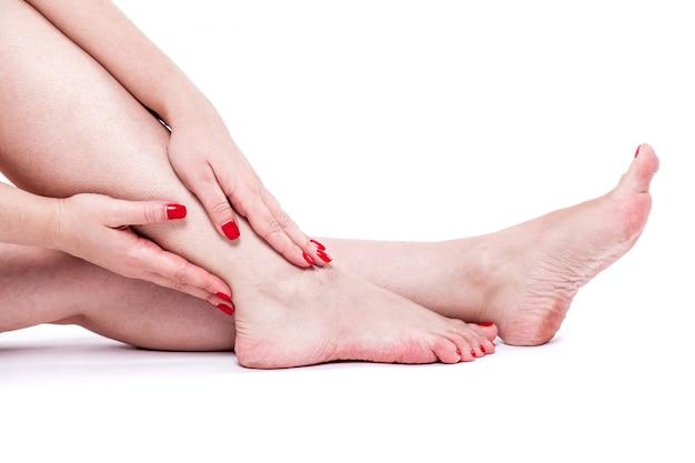 Сухая обезвоженная кожа на пятках женских ног с мозолями Premium Фотографии
