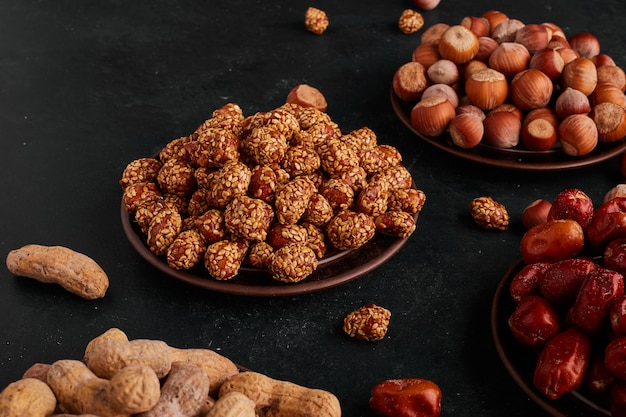 Сухие фрукты и конфеты в блюдцах. Бесплатные Фотографии