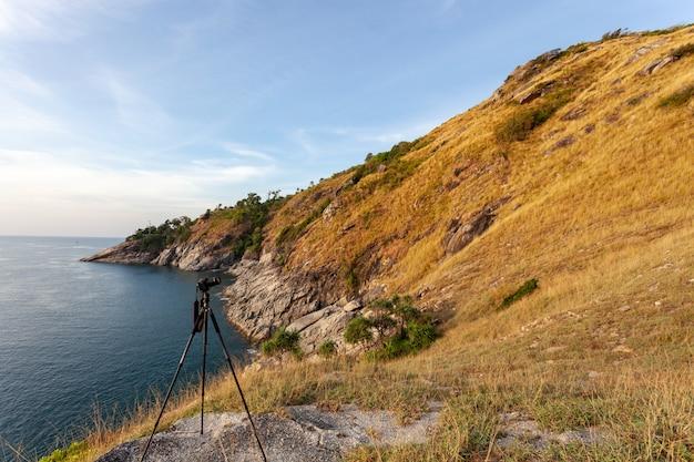 海岸の青い空を背景に山の乾いた草。 Premium写真