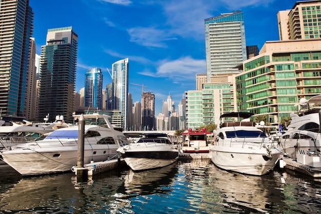 アラブ首長国連邦の豪華ヨットのあるドバイマリーナ Premium写真