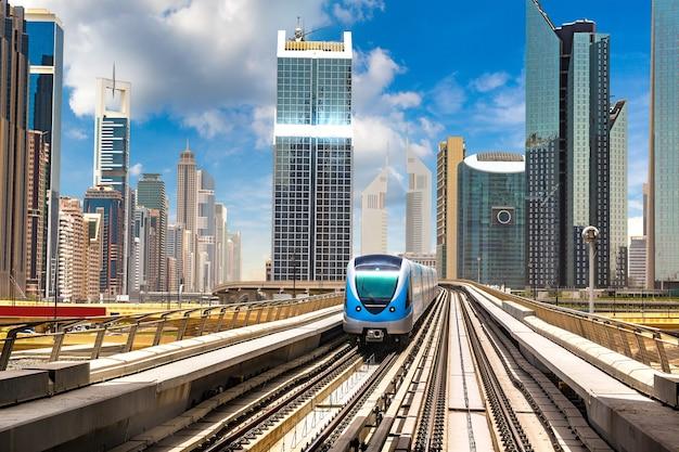 Дубайское метро, объединенные арабские эмираты Premium Фотографии