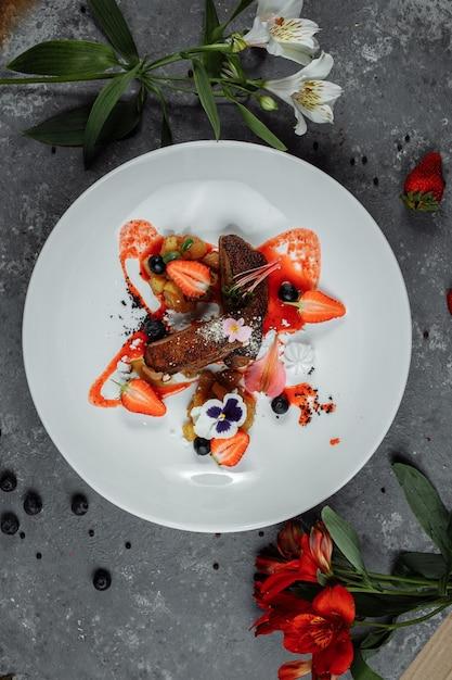 鴨胸肉といちごソース。ボナペティ。鴨胸肉、いちごソース、りんごサルサ添え Premium写真