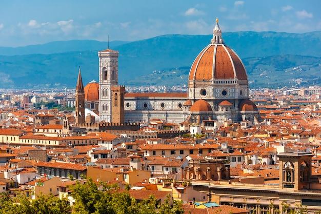 イタリア、フィレンツェのサンタマリアデルフィオーレ大聖堂 Premium写真