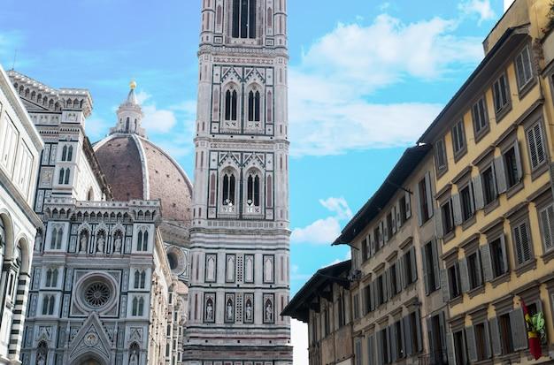 イタリアトスカーナ州フィレンツェのミケランジェロ広場のサンタマリアデルフィオーレ大聖堂 Premium写真