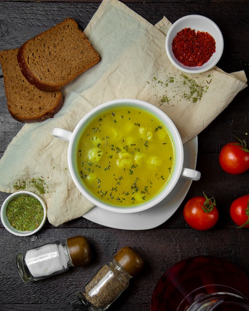 Dushbara soup topped with herbs Free Photo