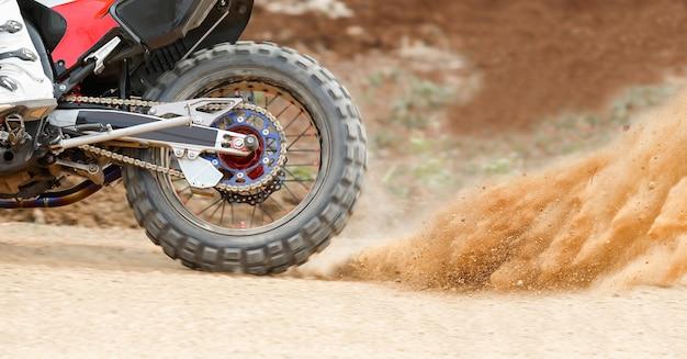 Пыль от мотоцикла эндуро Premium Фотографии