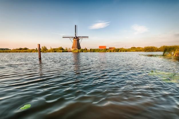 川の近くのオランダの風車 Premium写真