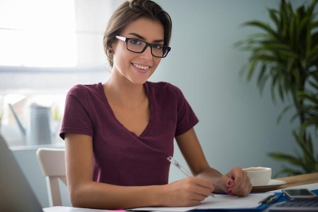 Послушная женщина в своем домашнем офисе Бесплатные Фотографии