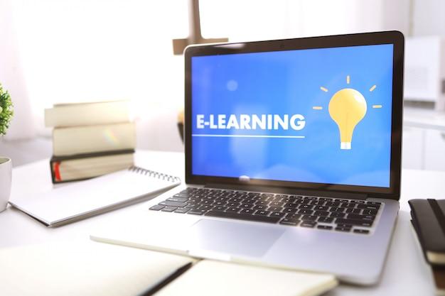 Презентация электронного обучения на экране ноутбука Premium Фотографии