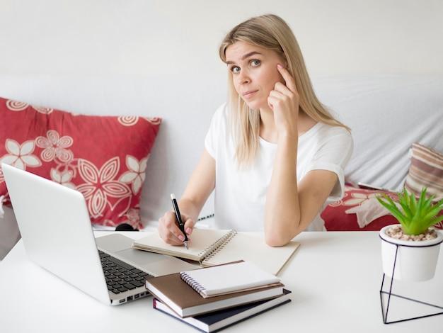 Eラーニング女性思考ジェスチャー 無料写真