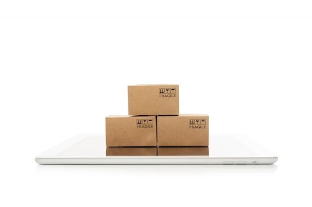 白い背景、オンラインショッピングやeコマースの概念上のタブレットと紙箱 Premium写真